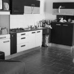 club-house-cote-cuisine-table-bout-de-canape-en-noie-et-blanc-ecuries-nicolas-mergnac-charente.j