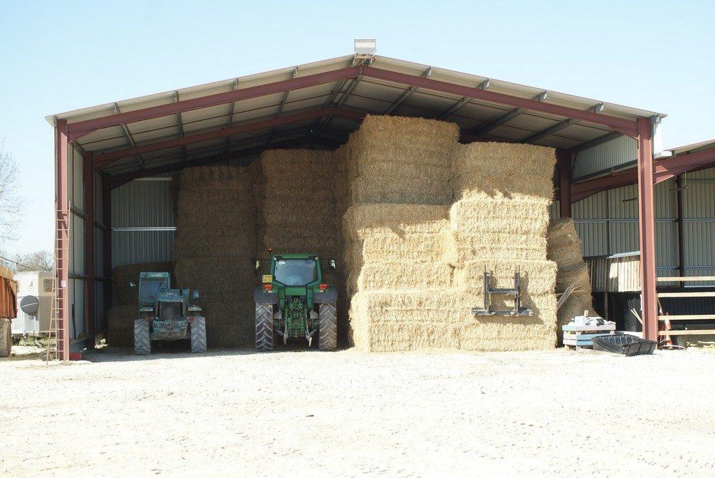hangard-pour-mettre-les-bottes-paille-avec-deux-tracteurs-ecuries-nicolas-mergnac