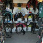 sellerie-box-exterieur-ecuries-nicolas-mergnac-on-voit-les-selles-avec-les-noms-des-chevaux-dessous-charente-