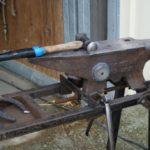 enclume-du-marechal-ferrand-avec-un-marteau-pose-dessus-ecuries-nicolas-mergnac-nercillac