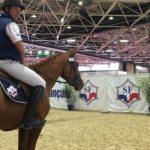 un-cavalier-sur-son-cheval-en-concours-attente-resultats