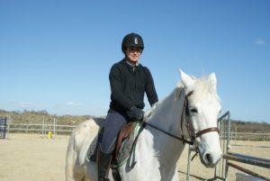 une-cavaliere-sur-un-cheval-blanc-ecuries-nicolas-mergnac-nercillac.j